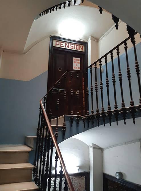 Мой отель находился в старом здании в центре города, с высокими потолками и винтовой лестницей с мраморными ступенями