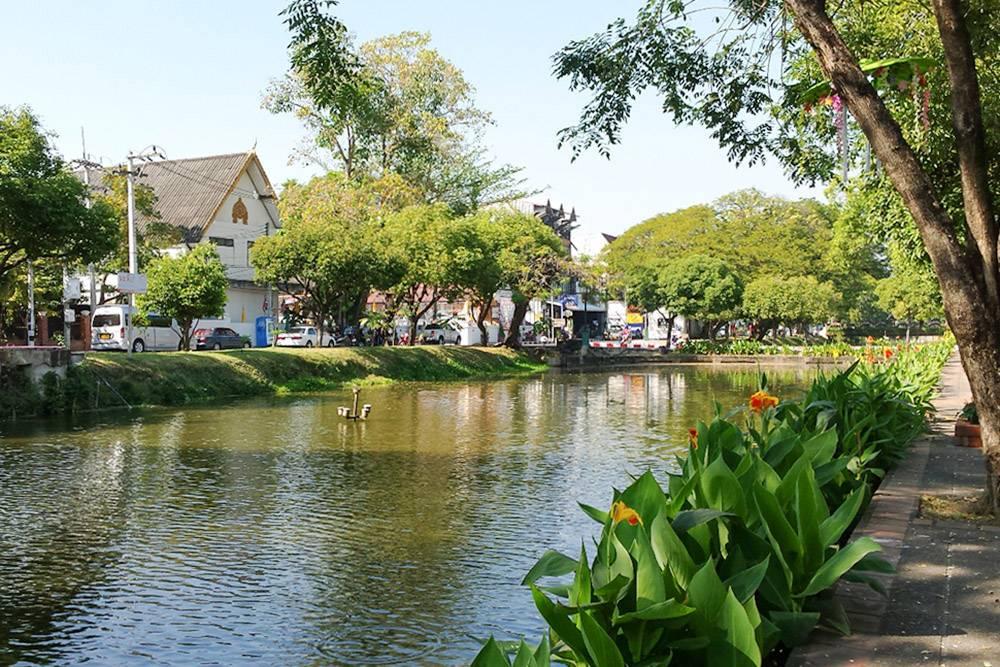 Центр Чиангмая по периметру окружен каналом