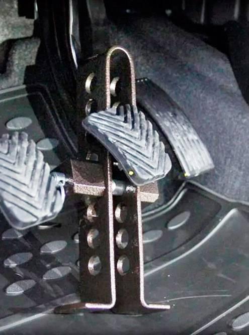 Простой блокиратор педали собычным замком может стать неожиданностью дляугонщика, ноопытный злоумышленник воспользуется болторезом