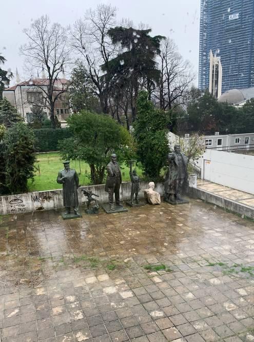 Во дворе музея искусств в Тиране стоят фигуры Сталина и Ленина. Культ личности в Албании не развенчали даже после XX съезда