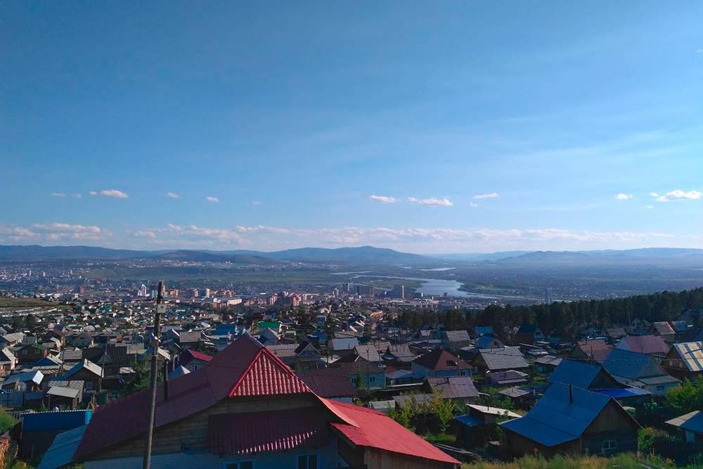 Вид на Улан-Удэ и реку Селенгу со смотровой площадки дацана