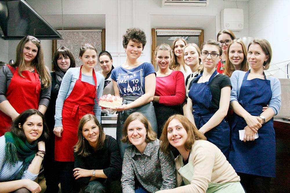 Мой первый мастер-класс вМоскве. Мы готовили бисквитный торт. Неожиданно пришло много людей
