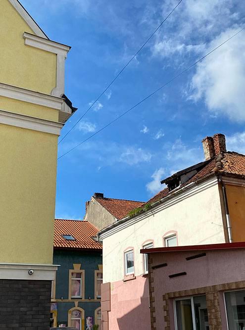 Все восстановленные дома в центральной части очень разные и не похожи друг на друга