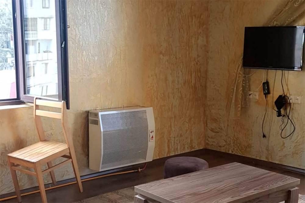 «Батарея» на стене — обогреватель «карма». Фото маклера