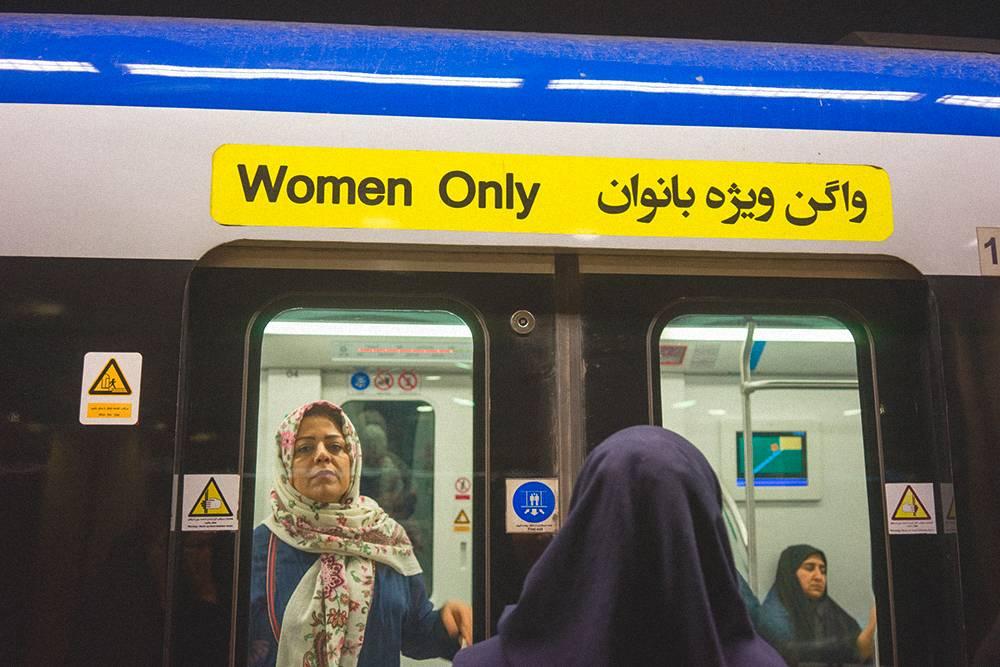 В метро есть женские вагоны, куда мужчинам нельзя. Приэтом женщинам в мужские можно. Муж поначалу не знал этого и однажды прокатился в женском вагоне, но все только посмеивались надним. Фото: Shutterstock