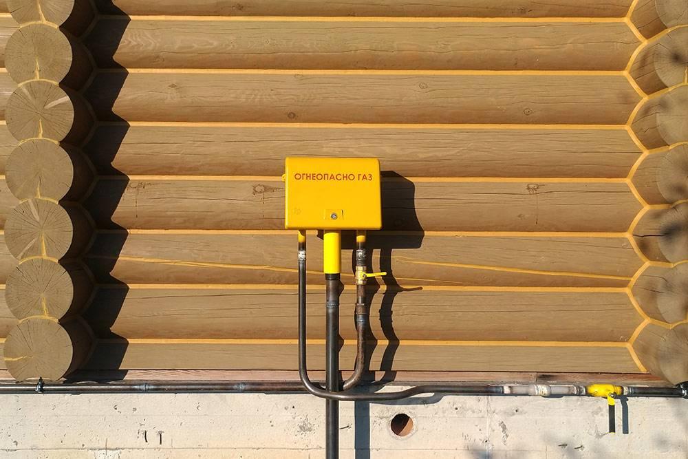 Долгожданный желтый газовый ящик на моем доме, как у многих соседей. Этой зимой я попрощаюсь с огромными счетами за электричество, которым раньше обогревал дом