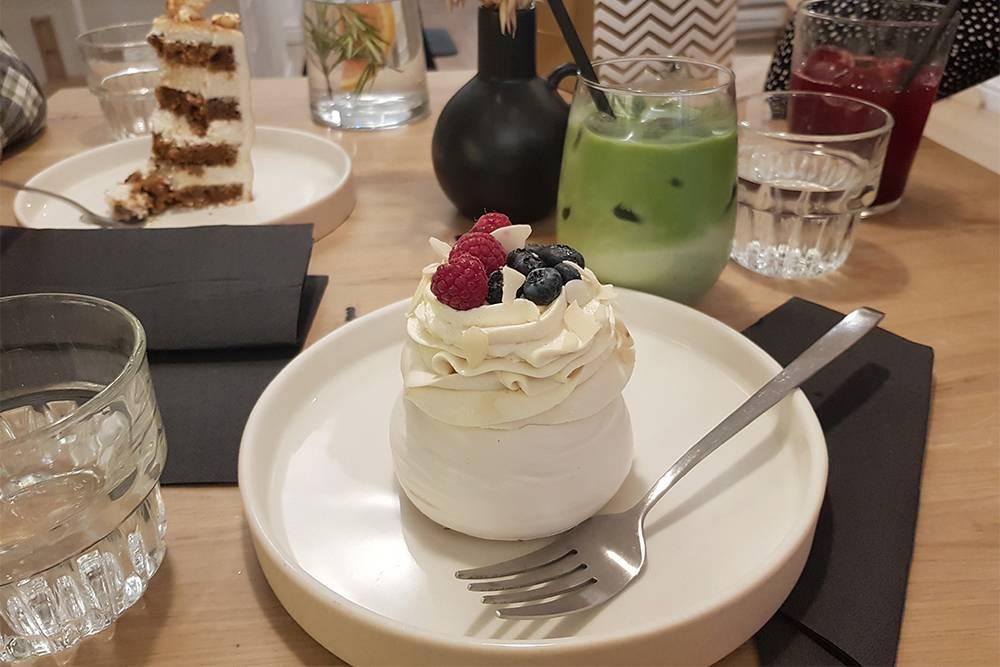 Десерт был лишним, но именинница была безжалостна