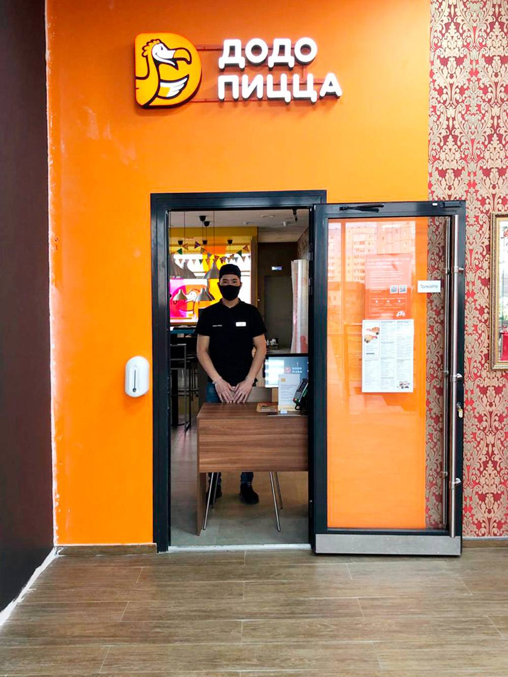 Пока нельзя было открыть кафе, принимали заказы на входе. Чтобы обезопасить гостей и сотрудников, установили дозатор с антисептиком, каждый час обрабатывали дверные ручки и пол, нанесли разметку дляподдержки дистанции