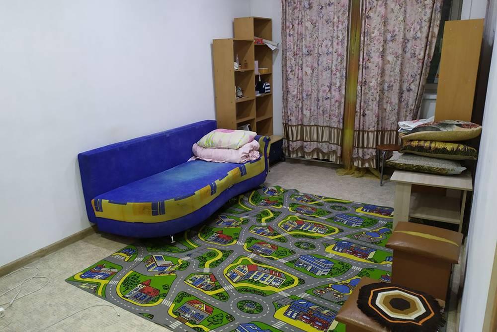 Раньше в квартире был частный детский сад — ковер и мебель достались мне от них. В столе обнаружились тонны пластилина и каких-то круп, из которых дети делали поделки