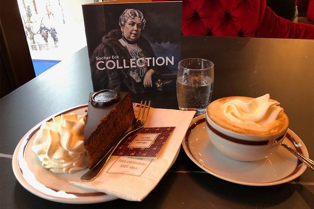 Пирожное «Захер» — символ Вены. Я попробовала десерт в кафе отеля, где его впервые приготовили. Дорого: кофе и пирожное стоит 16€ (1097<span class=ruble>Р</span>)
