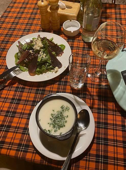 Суп «Спас» оказался густым и сытным. Его готовят с мацони, зеленью и крупой. В соседней тарелке — салат из бастурмы с авелуком