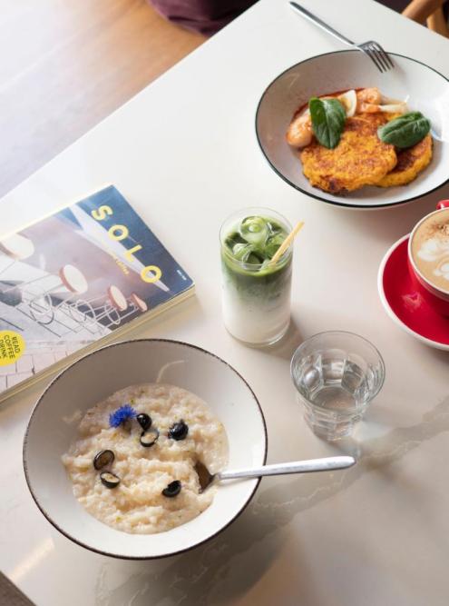 Рисовая каша с голубикой на кокосовом молоке и тыквенно-морковные драники с креветками. Источник: civil.coffeebar / «Инстаграм»