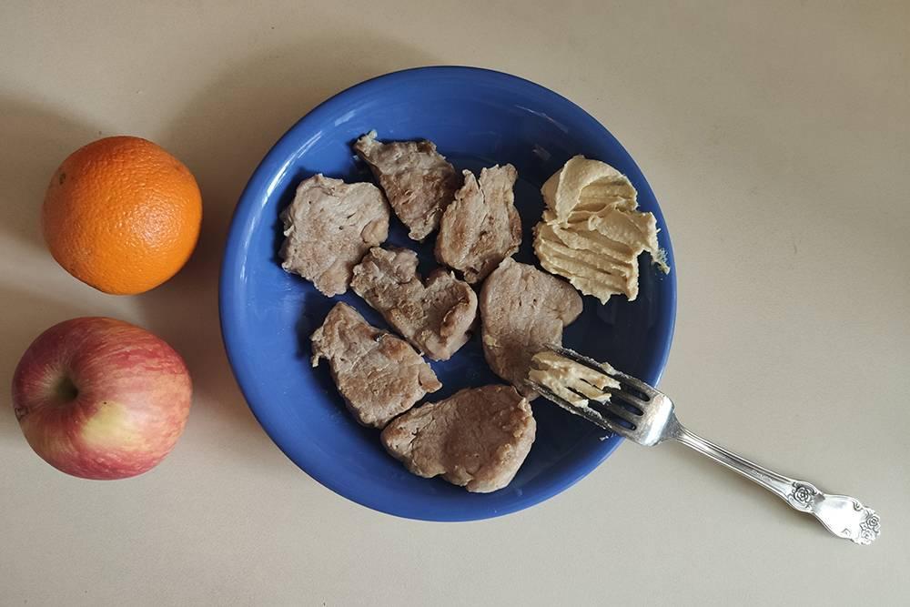 На ужин — свиная вырезка с хумусом, яблоко и апельсин