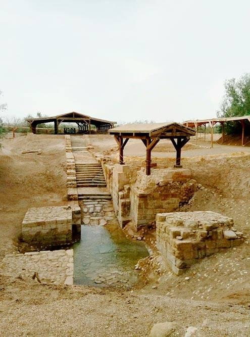 Место крещения Иисуса Христа. Сейчас река ушла в сторону, поэтому паломники окунаются чуть дальше