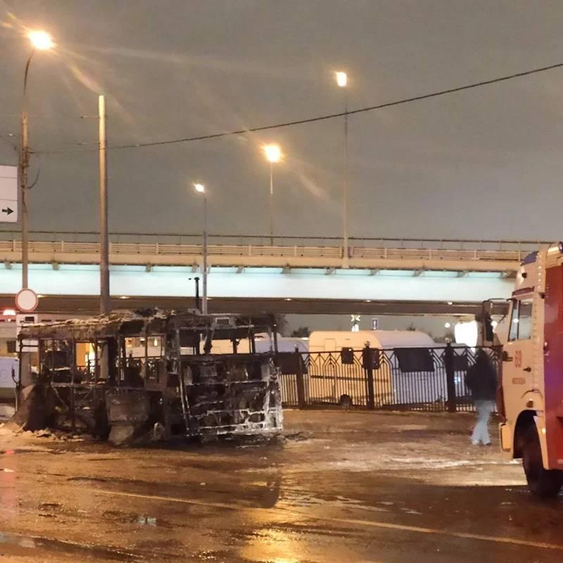 Целиком сгоревший автобус