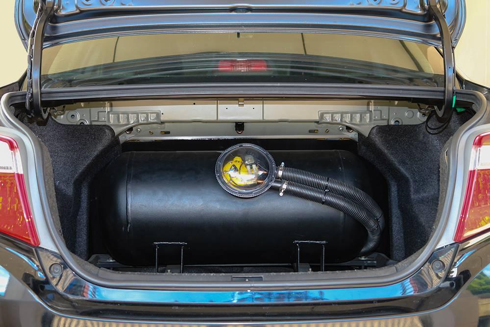 Вот так может выглядеть газовый баллон на 50 л в малолитражке. В багажнике почти не осталось свободного места даже для домкрата. Источник: Chadchawan thongsiri / Shutterstock