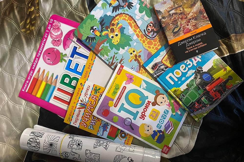 Взяла книги и раскраски, потомучто мы отправились в поездку безбагажа, а в ручную кладь уместить массивные игрушки сложно. Спойлер: книга с поездами и пазл с жирафами оказались внеконкуренции