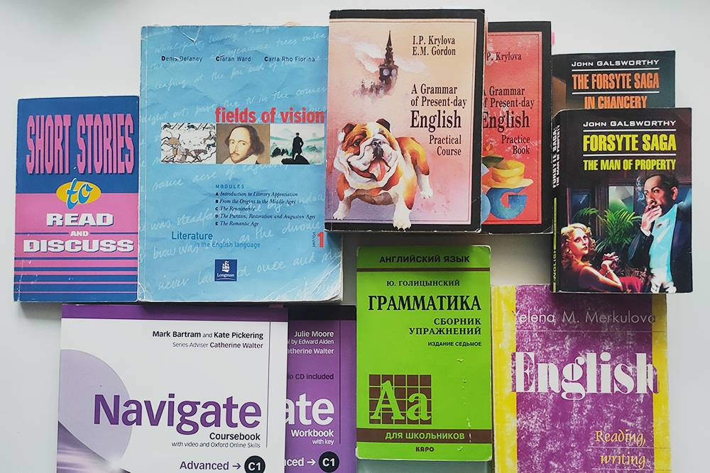 Малая часть книг, которые у меня остались. В основном это школьные и университетские учебники, которые стоили по 200—300<span class=ruble>Р</span>, и классическая литература, которую я так&nbsp;и не прочла. Я не жалею о покупке только двух из этих книг: Fields of&nbsp;Vision от Longman для&nbsp;университета и комплекта Navigate для&nbsp;языковой школы