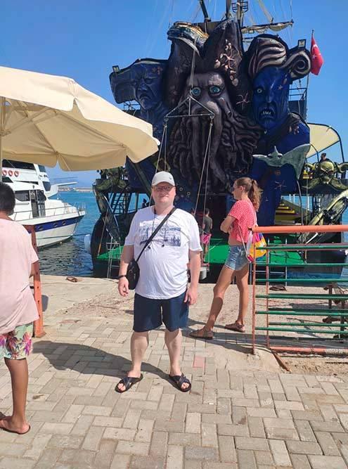 Яхта была ввиде корабля из«Пиратов Карибского моря»