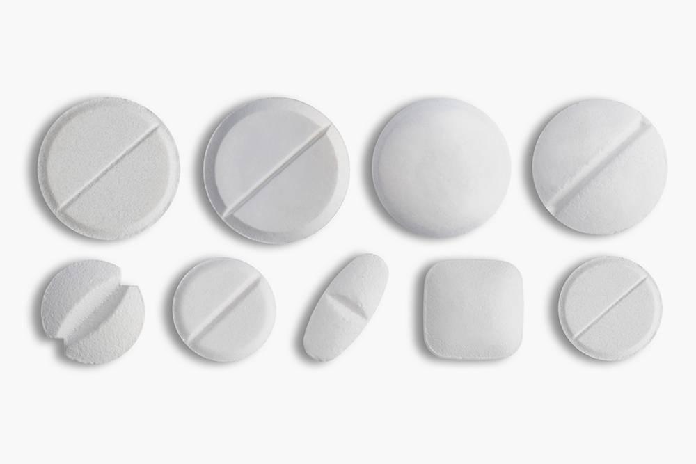 Таблетки, которые можно делить, обычно белые, чаще всего безоболочек и с насечками. Источник: Triff / Shutterstock