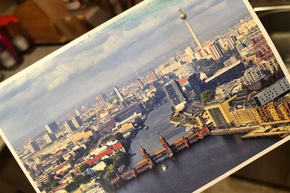 На этой открытке мне написали послание по-русски — это редкость. Обычно все пишут на английском. Приятно, что человек прочитал мой профиль и пожелал оставаться счастливой всегда