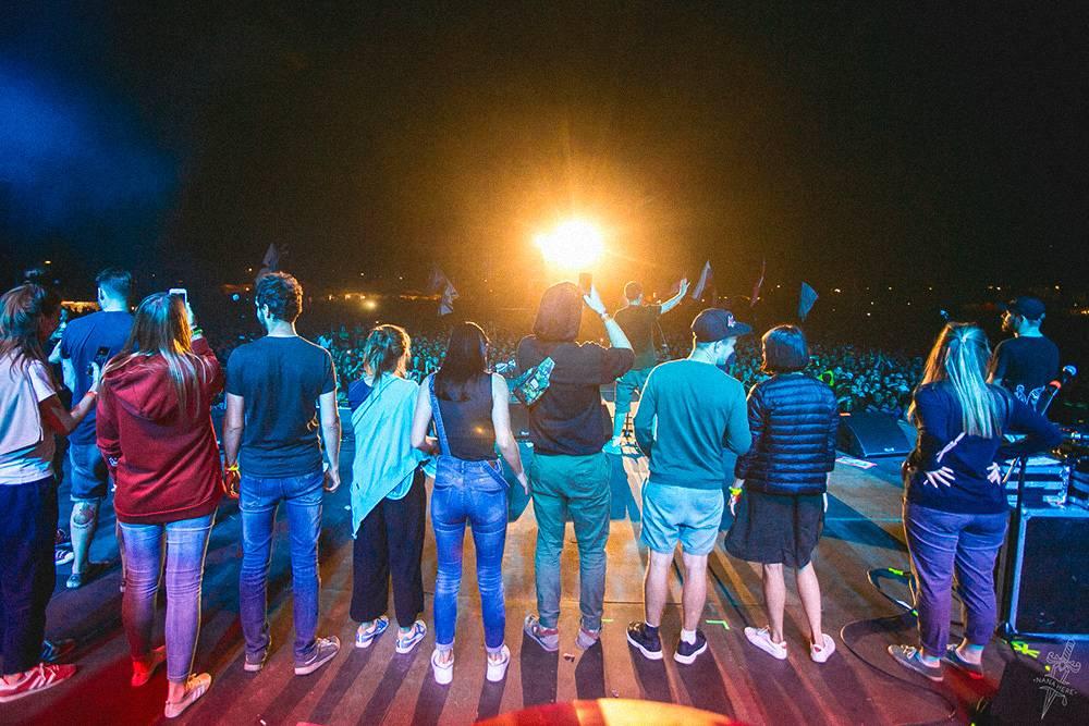 Команда Стаса на сцене организованного ими фестиваля «Чернозем». Это редкий случай, когда все собираются вместе. Фото: Анастасия Зайцева