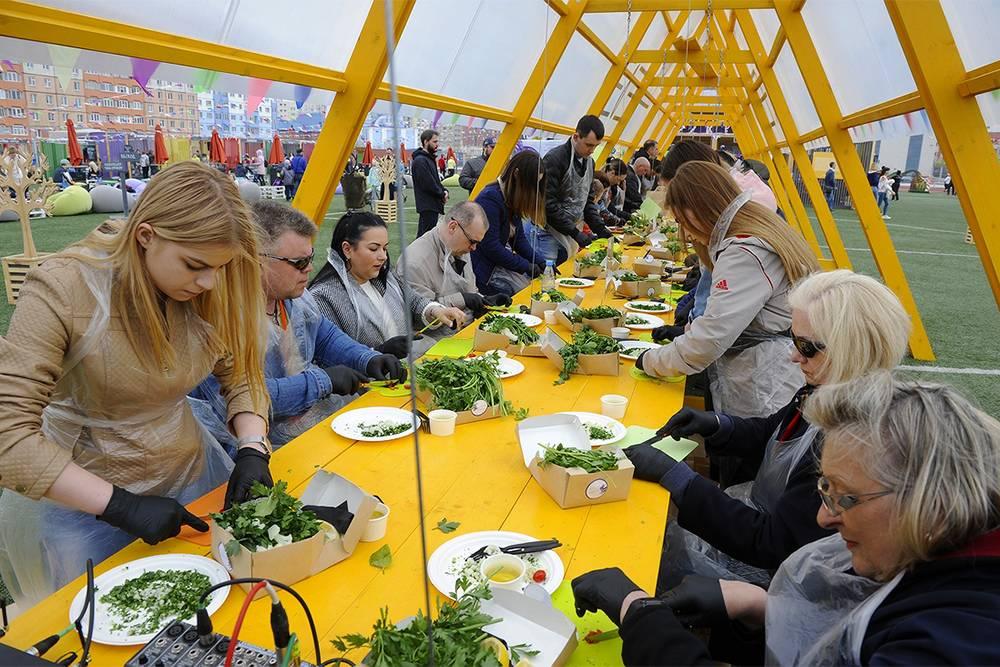 На фестивале проводят мастер-классы по приготовлению блюд местной кухни. Например, в2019году учили готовить сагудай изсига итартар изоленины. Источник: ttelegraf.ru