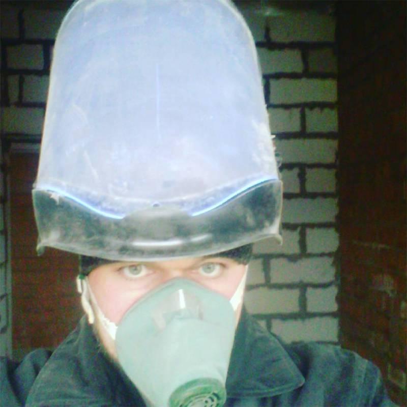 Во время работ я надевал маску, чтобы осколки кирпича не повредили глаза, и респиратор, чтобы не глотать пыль