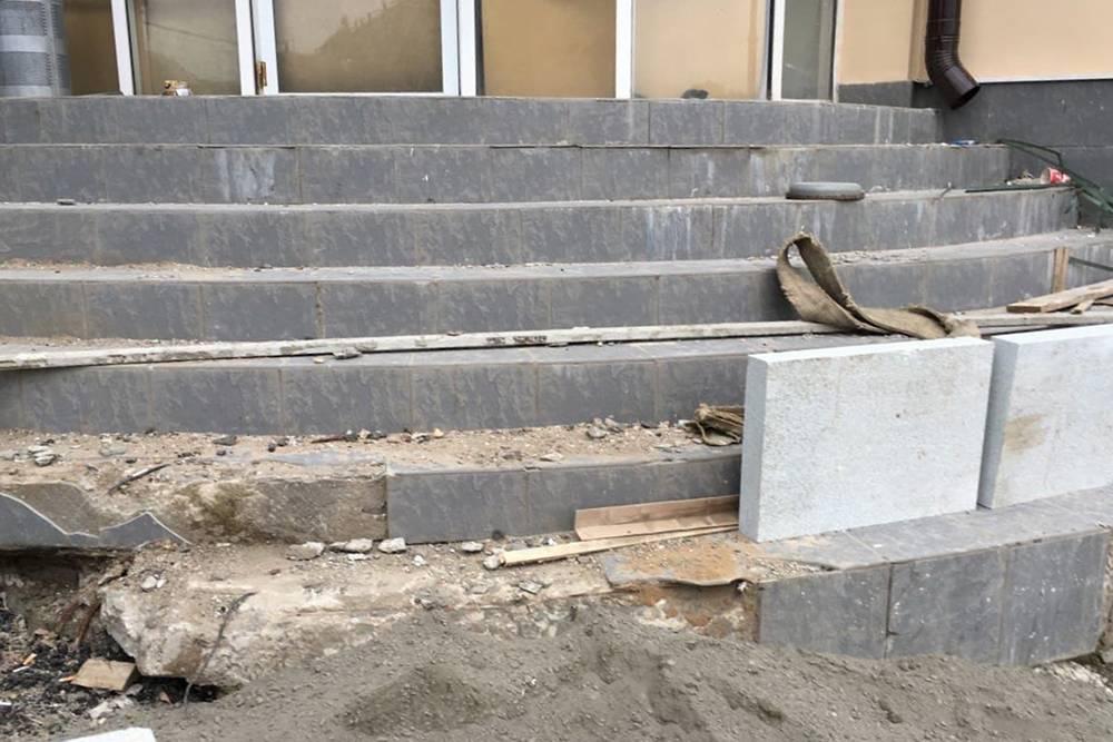 Нам пришлось переделать ступеньки привходе в клинику, они были в очень плохом состоянии. Это стоило 1,5 миллиона рублей