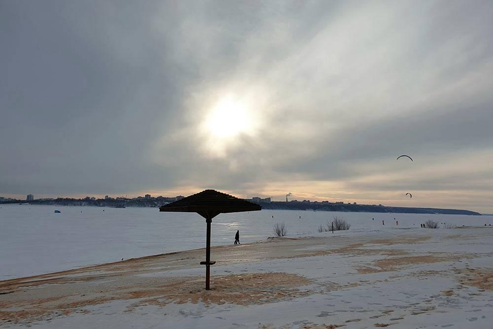 Температура вянваре — комфортные −15...20 °C. Крепкий лед держится примерно доначала марта, иизЧебоксар поВолге можно дойти додругого берега минут засорок. НаВолге влюбое время года катаются кайтеры: летом — поводе, зимой — поснегу
