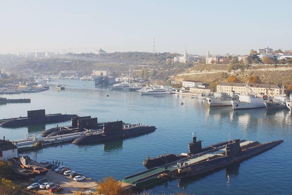 На военные корабли можно смотреть и с земли. Больше всего мне нравятся подлодки. Другие корабли кажутся мирными и домашними, а подлодки выглядят грозно