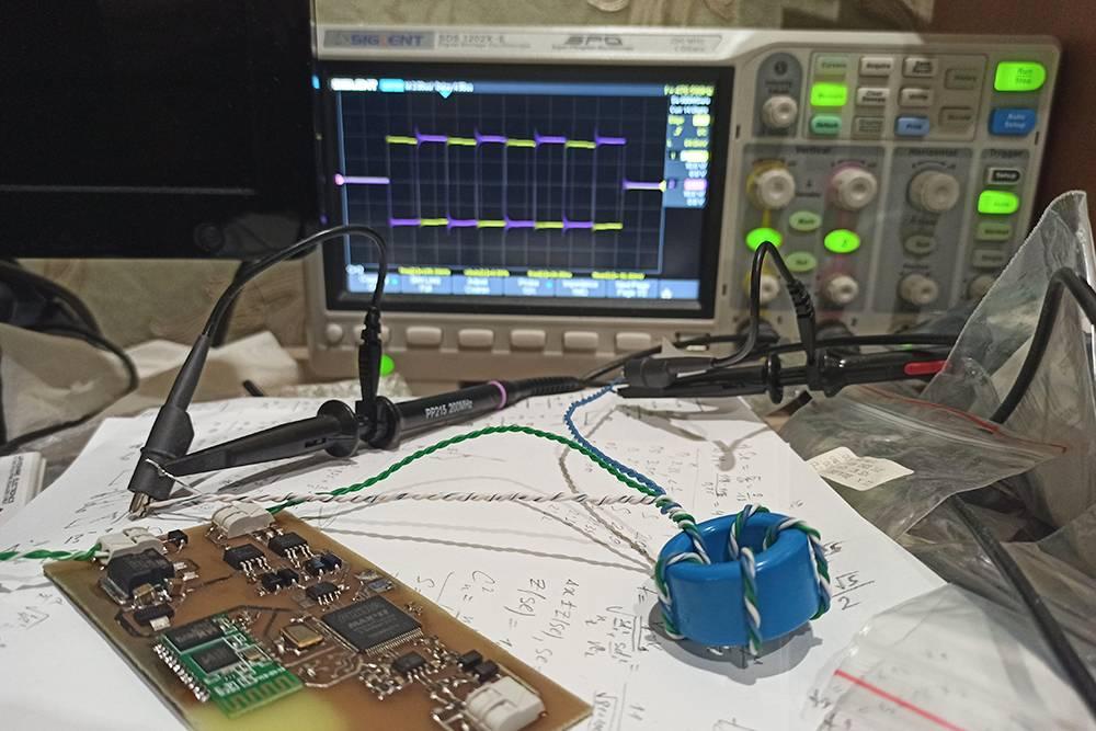 Подключил GDT к драйверу DRSSTC, а щупы осциллографа — к выходным обмоткам трансформатора