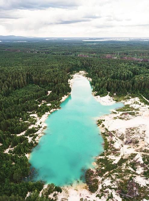 В Челябинской области находится каолиновый карьер, который называют уральским Бали: на месте карьера водоем с водой ярко-голубого цвета, прямо как в Индонезии. Но плавать здесь нельзя