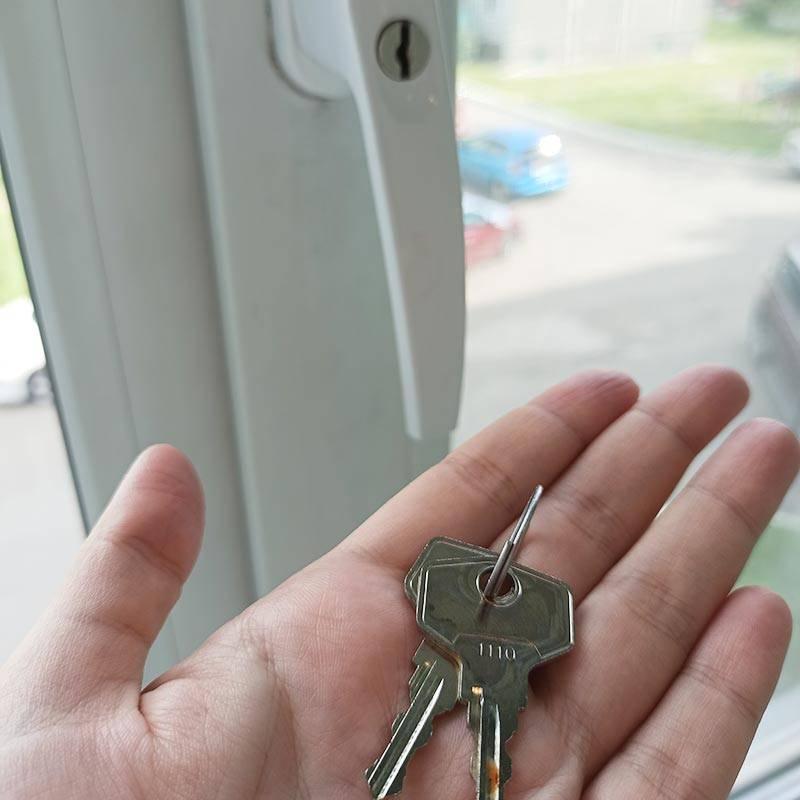 Ключи я храню на высокой полке, чтобы ребенок до них не добрался