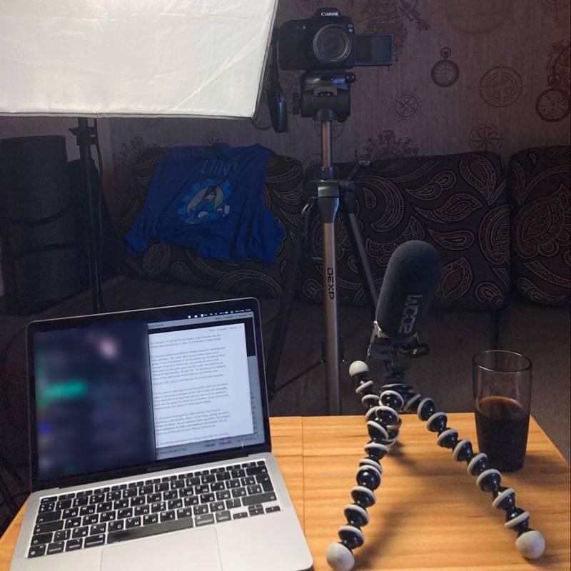 Вот что я вижу призаписи роликов: ноутбук со сценарием, внешний рекордер и камера с поворотным экраном. Позади себя ставлю несколько цветных ламп, чтобы скрыть не самый красивый дизайн комнаты