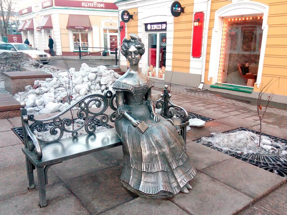 На Любинском проспекте и других улицах Омска много небольших скульптур. Например, Любочка