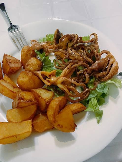 Одно блюдо из маленьких осьминогов и жареного картофеля стоило 12$ (855<span class=ruble>Р</span>)
