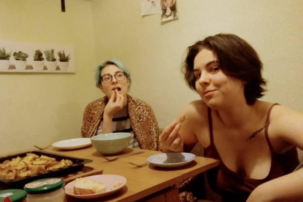 Поедаем с гостями картошку с грибами