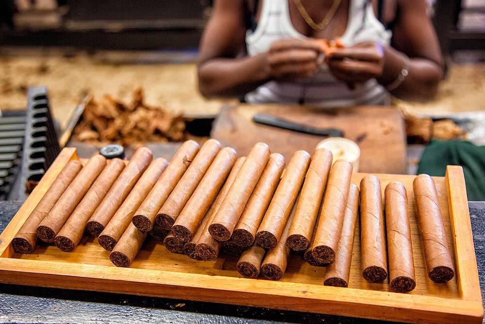 Согласно правилам российской таможни в Россию можно ввезти максимум 50 сигар. Автор: Tatiana Gordievskaia / Shutterstock