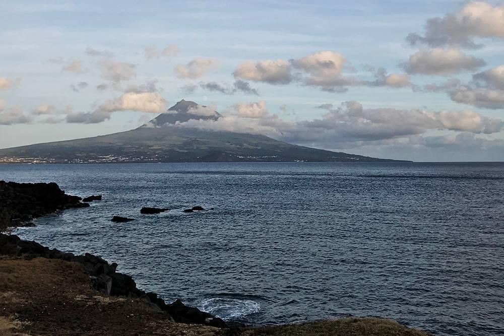 Вид на вулкан Пику с острова Фаял