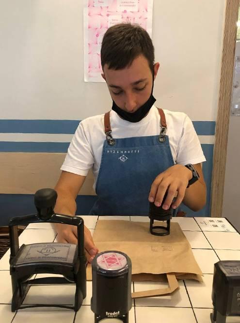Рома ставит печати на пакетах во время работы в кафе Dizengof99
