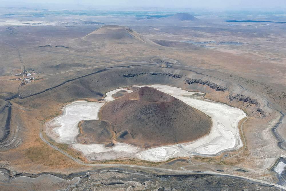 В дождливую погоду в маленьком кратере тоже образуется водоем. На снимке видна автомобильная дорога вокруг вулкана и засохшего озера, туда можно спокойно подъехать