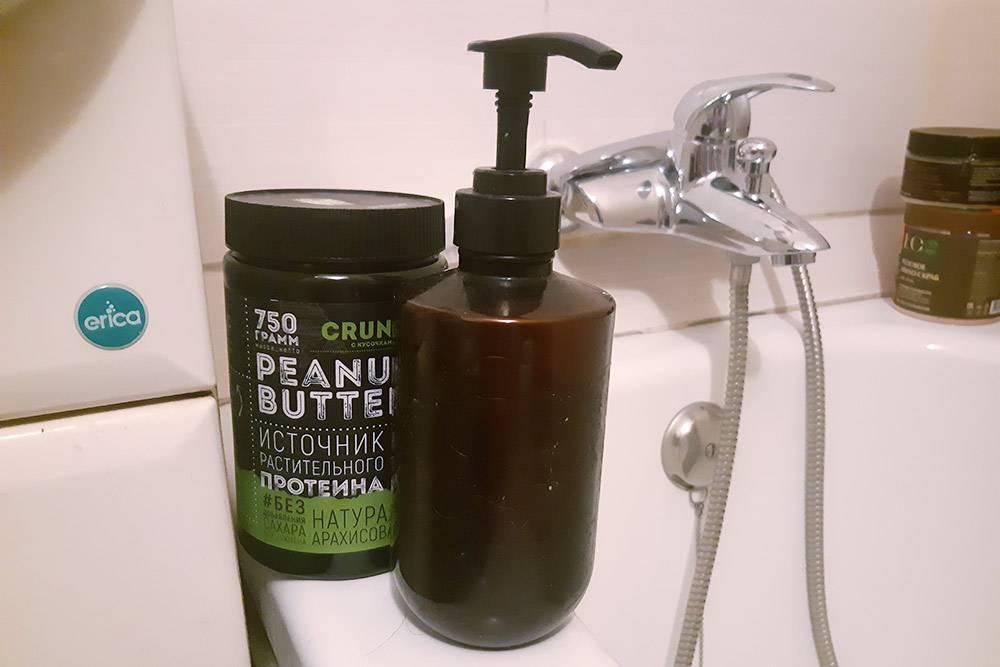 В бутылке с дозатором налит шампунь, а в банке из-под арахисовой пасты хранится бальзам