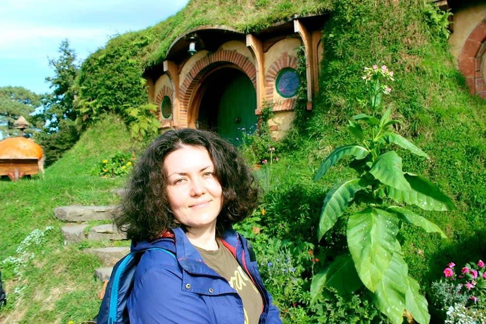 Я в Хоббитоне. Деревню хоббитов в Новой Зеландии построили специально для съемок «Властелина колец» и «Хоббита». Сейчас она очень популярна среди туристов