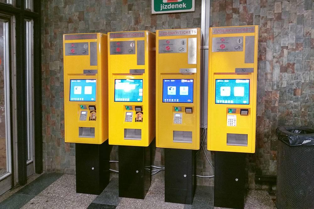 Новые терминалы для покупки билетов. Здесь можно расплатиться картой и пэйпассом, есть инструкции и перевод на русский язык. Проездные покупают в кассе