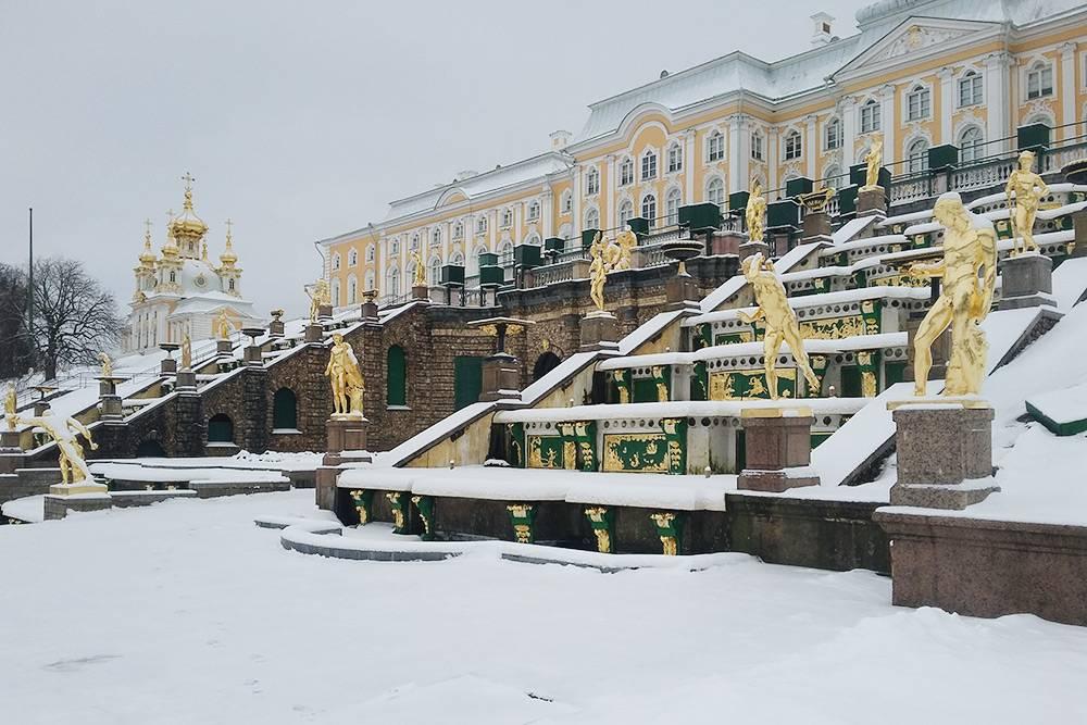На мой взгляд, золотые скульптуры петергофских фонтанов подснегом смотрятся менее пафосно, чем летом