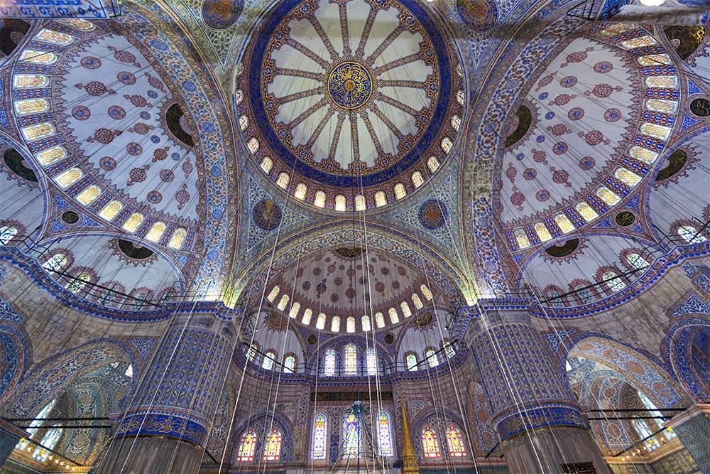 В мечети 260 окон — она хорошо освещена. Источник: GTS Productions / Shutterstock