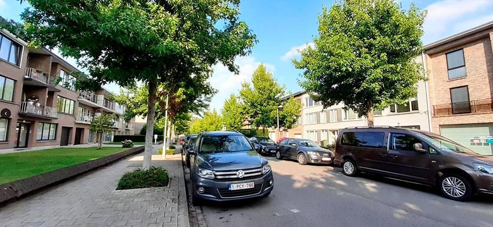 Наш дом справа. Он расположен наочень тихой изеленой улице