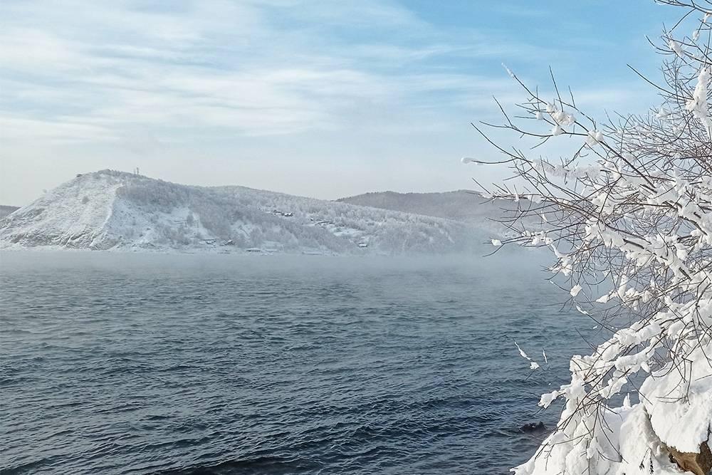 """Так выглядит исток Ангары, на противоположном берегу станция «Порт """"Байкал""""». Летом отсюда можно пойти в поход до Ангасолки по старой Кругобайкальской железной дороге"""