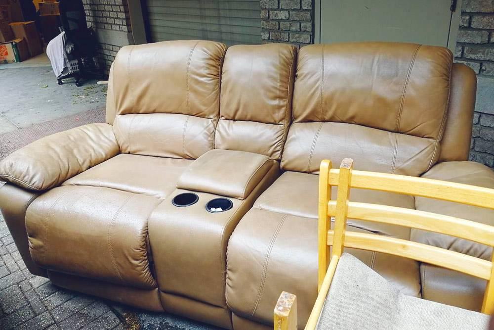 Не очень уставший от жизни кожаный диван, который можно забрать с улицы домой